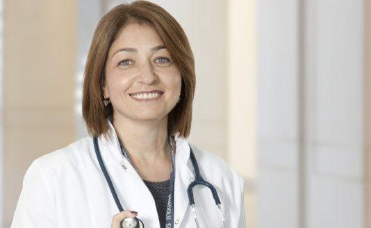 """Anadolu Sağlık Merkezi Çocuk Sağlığı ve Hastalıkları Uzmanı Dr. Ayşe Sokullu """"Özellikle okul, kreş gibi toplu ortamlar bulaşıcı hastalıkların yayılması için en uygun ortamı hazırlıyor"""" açıklamasında bulundu."""