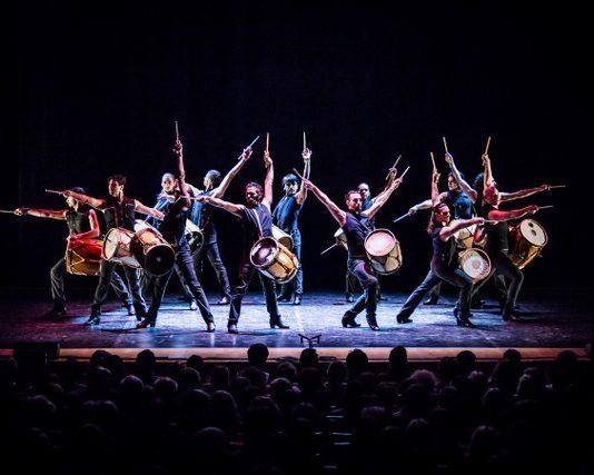 Gilles Brinas liderliğinde çalışan Che Malambo, güçlü, çevik ve yetenekli 14 dansçıdan oluşuyor. Brinas'ın geleneksel Güney Amerika danslarını araştırırken karşısına çıkan Malambo'nun kökleri 17. yüzyıldaki kovboy düellolarına dayanıyor.