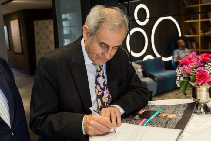 """Devrim Erbil eserlerinde öne çıkan """"çizgi""""yi şöyle anlatıyor: """"5 yaşımdayken yaptığım renkli desenler var. Renkli çizgiler kullanmışım. Çizgi ve renkli çizgi… Renk çizgide biçimleniyor."""