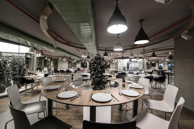 İstanbul'un en önemli iş merkezlerinden Maslak'ta konumlanan Doğuş Maslak Restaurant, Doğuş Oto ekibinin yoğun iş temposundan sıyrılabileceği, keyifle yemek yiyerek sosyalleşebileceği, yeşil ile bütünleşmiş özel bir yaşam alanı niteliğinde.