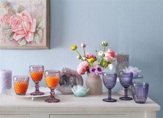 English Home, pamuklu pikelerden yeni ve özel desenleri ile nevresim takımlarına, rengarenk porselen mutfak ürünlerinden yapay çiçeklere, birbirinden güzel havlu ve banyo ürünleriyle ilkbaharın doğasından esinlendiği pastel tonlarını annelerinize armağan ediyor.