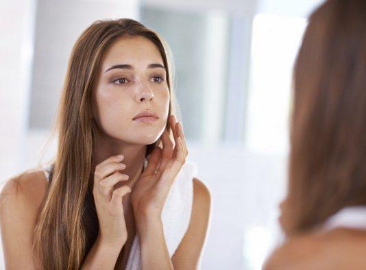 20-30 yaş aralığındaki kişilerin en yoğun taleplerinden bir diğerini ise dudak dolgusu oluşturuyor.