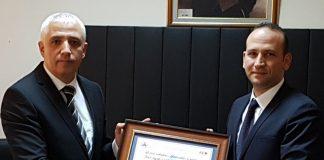 Hes Kablo yurtdışı satın alma müdürü Erkan Şahin, YYS belgesini Orta Anadolu Gümrük ve Ticaret Bölge Müdürü Musa Ünal'dan teslim aldı.