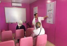"""4-5 Mayıs günlerinde İstanbul Cevahir Alışveriş Merkezi'nin önünde, 6-7 Mayıs'ta Kadıköy'de 10-11 Mayıs'ta İzmir Alsancak İskele Önü'nde, 13-14 Mayıs'ta Ankara Ankamall AVM'de, 16 Mayıs'ta Konya'da, son olarak 18 ve 19 Mayıs'ta Ümraniye'de bulunacak. Pembe Tuvalet'te idrar kaçırma hastalığıyla ilgili bilgiler paylaşılarak, kadınlara """"İdrar kaçırmayı kabullenmeyin, doktora başvurun"""" mesajı verilecek."""