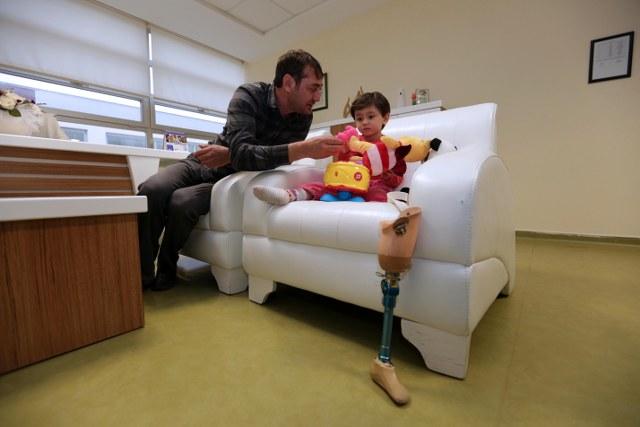 Özge'yi Büyükşehir Özel Eğitim Okulu ve Rehabilitasyon Merkezi'nde ziyaret eden Türel, babası Ali İhsan Yıldırım ile bire bir görüşerek, Özge'nin durumu hakkında bilgi aldı.