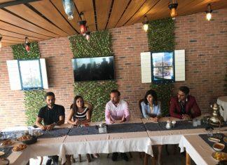"""Film ekibiyle bir araya gelen İzmit Belediye Başkanı Nevzat Doğan, """"Burada Zohak sinema filminin çok değerli yapım ekibi ve oyuncuları ile bir aradayız."""""""
