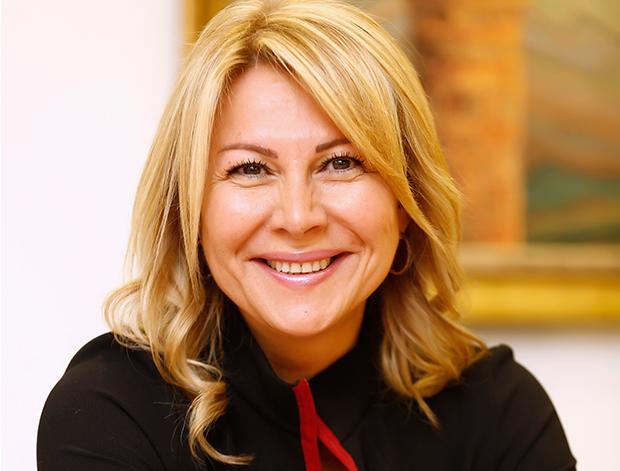 Şila Gök 1994 yılında Türkiye'ye dönmesiyle birlikte Amerikan DHL şirketinde Halkla İlişkiler Departmanında iş hayatına başlamıştır. 1995-1997 yılları arasında Teba-Daikin Şirketler Grubunda Halkla İlişkiler Koordinatörü olarak çalışmıştır.
