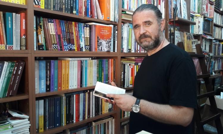 Eylül Kitabevi sahibi Vedat Göncü,'şimdi okumanın tam zamanı' mottosuyla okuyucularına kitap ziyafeti sunduklarını açıkladığı haberi CEO Haber'de okuyabilirsiniz.