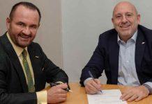 Novartis Grup Türkiye Başkanı Dr. Altan Demirdere ve Generica İlaç Yönetim Kurulu Başkanı ve Kurucusu Alp Karaağaç. görseli CEO Haber'de.